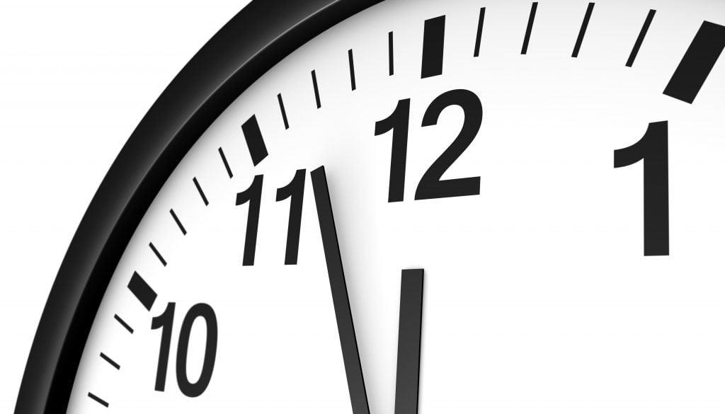 Jak odzyskać czas? zegar wskazujący za pięć dwunasta