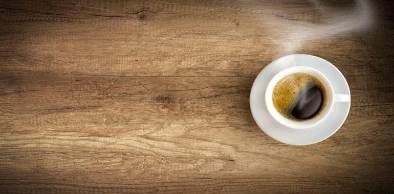 filiżanka kawy na stole motywowanie pracowników