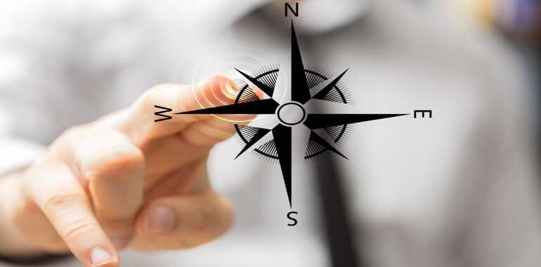 mężczyzna dotyka grafiki kompasu